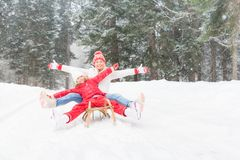 Szczęśliwy rodzinny plenerowy w zimie obrazy royalty free