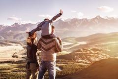 Szczęśliwy rodzinny podróży turystyki gór pojęcie Fotografia Stock