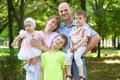 Szczęśliwy rodzinny portret na plenerowym, grupa pięć ludzi pozuje w miasto parku, lato sezon, dziecko i rodzic, Fotografia Royalty Free