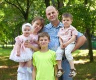 Szczęśliwy rodzinny portret na plenerowym, grupa pięć ludzi pozuje w miasto parku, lato sezon, dziecko i rodzic, Obrazy Royalty Free