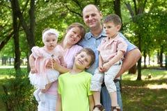 Szczęśliwy rodzinny portret na plenerowym, grupa pięć ludzi pozuje w miasto parku, lato sezon, dziecko i rodzic, Zdjęcie Royalty Free