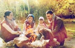Szczęśliwy rodzinny prażaka marshmallow nad ogniskiem Zdjęcie Royalty Free