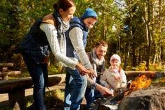 Szczęśliwy rodzinny prażaka marshmallow nad ogniskiem fotografia royalty free