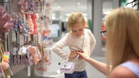 Szczęśliwy rodzinny robi zakupy Rodzina w centrum handlowym Macierzysty i mały córka zakupy dla dziewczyn odziewa w sklepie odzie zdjęcie wideo