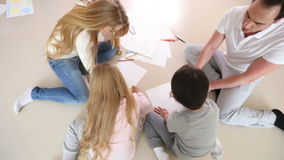 Szczęśliwy rodzinny rysunkowy wpólnie zdjęcie wideo