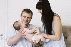 Szczęśliwy rodzinny składać się z mamy i tata ` s chłopiec rodzinni szczęśliwi związek Zdjęcie Stock