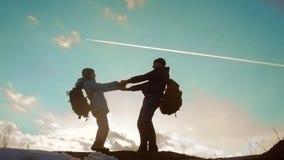 Szczęśliwy rodzinny tata z córki pracy zespołowej turystów sylwetki pojęciem zwolnionego tempa wideo tata i córka z plecakami zbiory