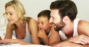 Szczęśliwy rodzinny uśmiechnięty laptop i patrzeć zbiory wideo