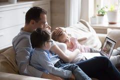 Szcz??liwy rodzinny wydatki weekend ogl?da film na komputerze w domu zdjęcie royalty free
