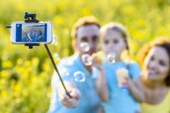Szczęśliwy rodzinny wydatki weekend outdoors fotografia stock