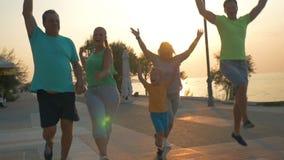 Szczęśliwy rodzinny wykończeniowy evening biegam na kurorcie zbiory wideo