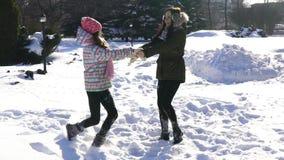 Szczęśliwy rodziny dziewczynki i matki córki bieg, spacer bawić się w zimie outdoors w śniegu zbiory
