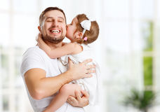 Szczęśliwy rodziny i ojca dzień Córki całowanie i przytulenie tata Obrazy Royalty Free