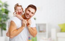 Szczęśliwy rodziny i ojca dzień córki przytulenia bawić się i tata Zdjęcie Stock