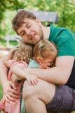 Szczęśliwy rodziny i ojca dzień dziecko córki ściska tata Zdjęcie Stock