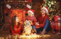 Szczęśliwy rodziny matki ojciec i dziecko przy choinką w domu Obraz Stock