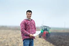 Szczęśliwy rolnik na polu zdjęcia stock