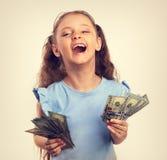 Szczęśliwy roześmiany bogaty dzieciak dziewczyny mienia pieniądze w thr ręce na bielu Fotografia Stock