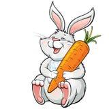 Szczęśliwy roześmiany królik trzyma dużej marchewki Fotografia Stock