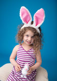 Szczęśliwy Roześmiany Uśmiechnięty dziecko z Wielkanocnym królikiem Zdjęcie Royalty Free