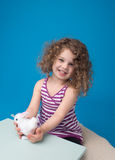 Szczęśliwy Roześmiany Uśmiechnięty dziecko z Wielkanocnym królikiem Obraz Royalty Free
