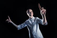 Szczęśliwy rozochocony naukowiec pracuje w rzeczywistości wirtualnej Obraz Royalty Free