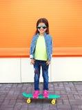 Szczęśliwy rozochocony uśmiechnięty elegancki małej dziewczynki dziecko z deskorolka zdjęcia royalty free