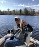 Szczęśliwy rybak trzyma up złapanego Walleye Zdjęcia Royalty Free