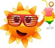 Szczęśliwy słońce charakter z koktajlem royalty ilustracja