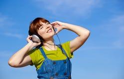 szczęśliwy słucha muzycznej kobiety zdjęcia royalty free