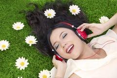 szczęśliwy słucha muzyczny plenerowego kobieta fotografia royalty free