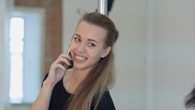 Szczęśliwy słupa tancerz dzwoni z telefonem komórkowym podczas klasy Obrazy Royalty Free
