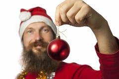 Szczęśliwy Santa Claus pokazywać Bożenarodzeniową Piłkę Zdjęcie Stock