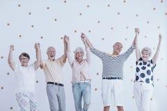 Szczęśliwy seniorów skakać zdjęcie royalty free