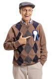 Szczęśliwy senior jest ubranym nagrody wskazywać i faborek Zdjęcie Stock