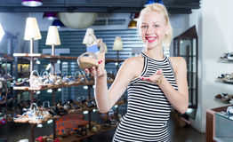 Szczęśliwy shopaholic mienie pragnący kobieta but zdjęcie stock