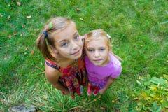 Szczęśliwy siostry miłości uściśnięcie wpólnie Zdjęcie Stock