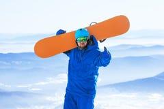 Szczęśliwy snowboard snowboarder jazda na snowboardzie pojęcie Obrazy Stock