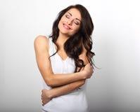 Szczęśliwy sporty kobiety przytulenie herself z naturalnym emocjonalnym enjoyi obrazy royalty free