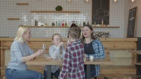 Szczęśliwy spotykać kobiety z dziećmi w sklepie z kawą zbiory wideo