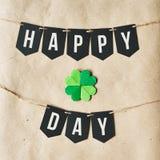 Szczęśliwy ST PATRICK dnia czerni sztandaru literowanie na eco rzemiosła papierze Obrazy Stock