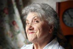 Szczęśliwy stara kobieta portret na ciemnym tle zdjęcie royalty free