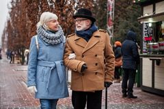 Szczęśliwy starego człowieka i kobiety opowiadać plenerowy obraz stock