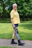 Szczęśliwy starego mężczyzna odprowadzenie z protetyczną nogą Fotografia Royalty Free