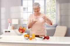 Szczęśliwy starej kobiety jeść zdrowy Fotografia Stock