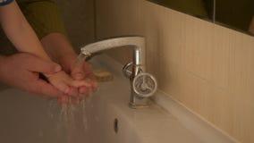 Szczęśliwy starsza osoba mężczyzna myje jego ręki jego mały syn, wyciera on z ręcznikiem i jego twarzy i ręki na klepnięciu od oj zbiory wideo