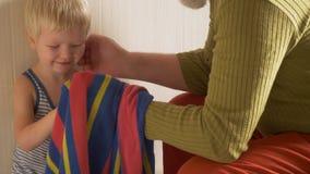 Szczęśliwy starsza osoba mężczyzna myje jego ręki jego mały syn, wyciera on z ręcznikiem i jego twarzy i ręki na klepnięciu od oj zbiory