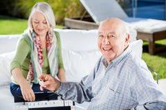 Szczęśliwy Starszy mężczyzna Bawić się Rummy Z kobietą fotografia stock