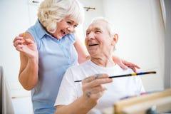 Szczęśliwy starszy mężczyzna i kobieta w sztuka warsztacie zdjęcia royalty free