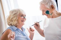Szczęśliwy starszy mężczyzna i kobieta w sztuka warsztacie obrazy royalty free